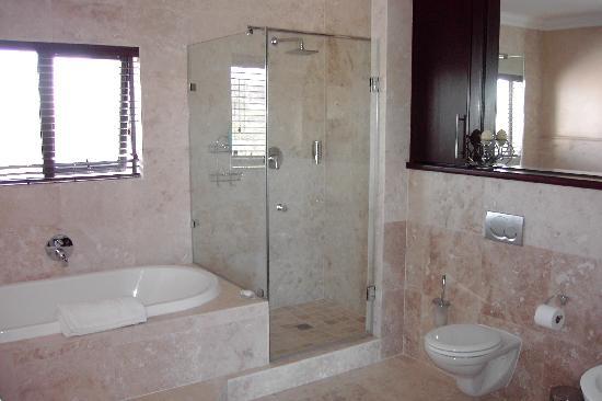 West Coast Lodge: Bathroom