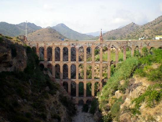 Hotel Playamaro: Ancient viaduct in Maro
