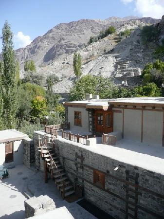 Shigar, Πακιστάν: Winding stairways lead to rooftop rooms and views.