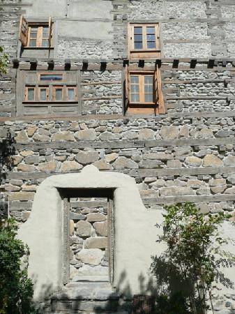 Shigar, Πακιστάν: Seventeenth century walls enhanced with restored architectural details.