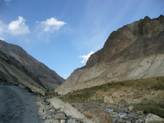Shigar, ปากีสถาน: Stunning mountain scenery in an easy hike up the adjacent stream canyon.