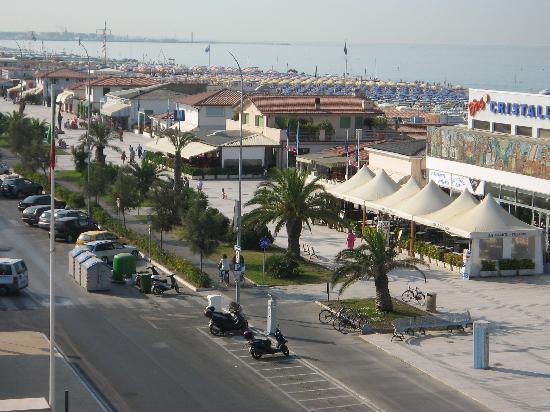 Lido Di Camaiore, Italia: vue de l'hôtel vers la gauche