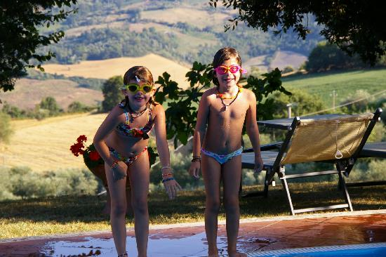 Fattoria La Palazzina: bimbe in piscina