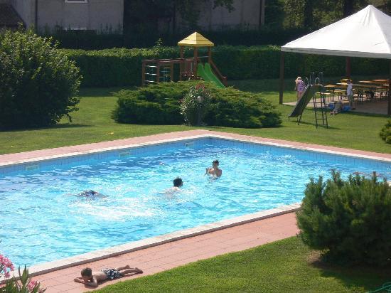Bran & Denise Residenza: Pool und Spielplatz