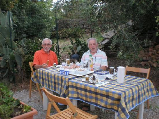 Case Saponara: At breakfast outside our cottage
