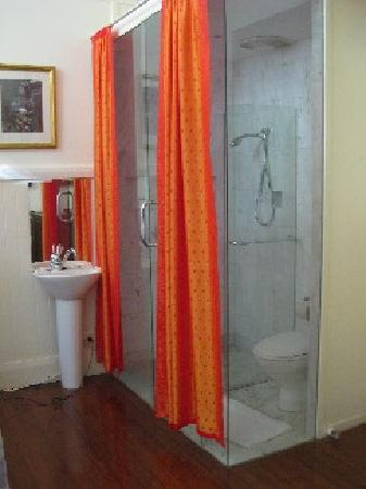 Byron Bay Guest House: The Bathroom