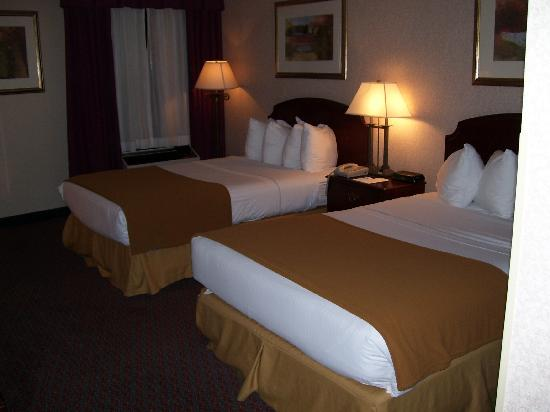 Comfort Inn: Two double beds with four pillows each