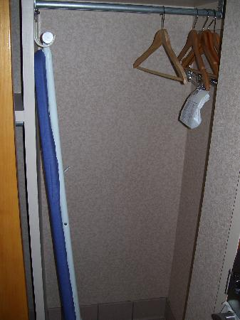 Comfort Inn Newport News/Williamsburg East: Ironing board and hangers in the other half of the large sliding closet