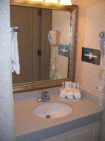 Holiday Inn Express Newport News: The sink is outside of the bathroom