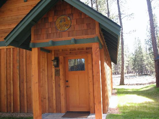 Five Pine Lodge & Spa : Front of Cabin