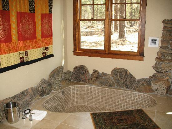 Five Pine Lodge & Spa: Soaking Tub