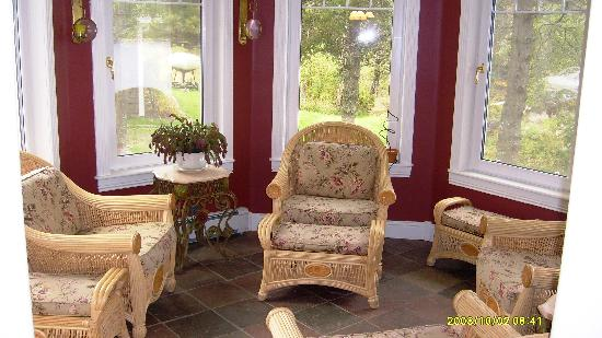 Rum Hollow Seaside Bed and Breakfast: Sunroom on main floor