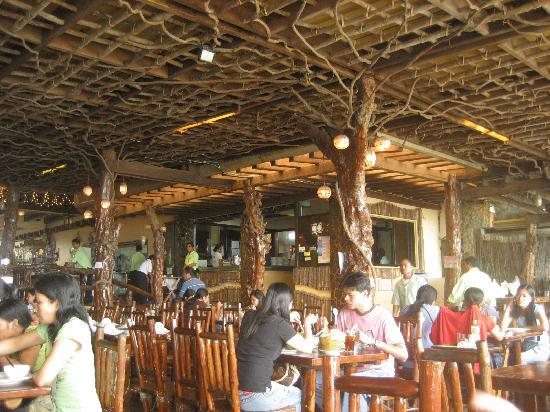Leslie's: restaurant interior
