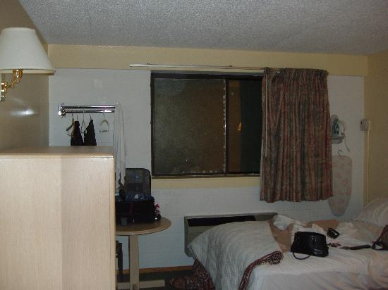 Meadowbrook Motor Lodge: room