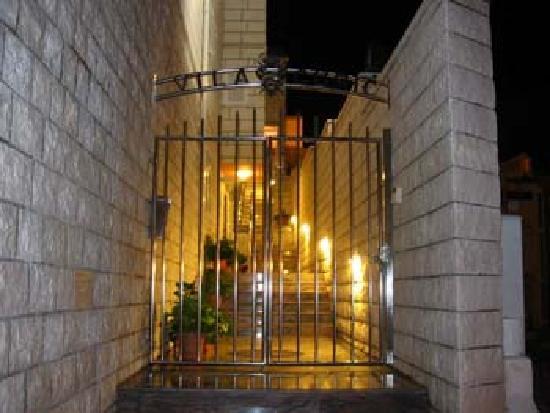 Villa Curic : Entrée sécuritaire de la villa