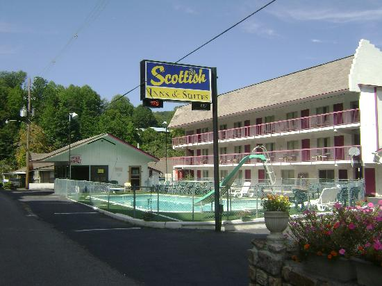 Economy Inn & Suites: Front View
