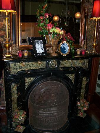 Perth Manor Boutique Hotel: Fireplace & Mantle in Tapestry Rooms