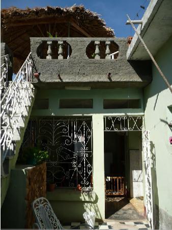 Casa de Azalea y Alfredo: back of the house - leads to terrace