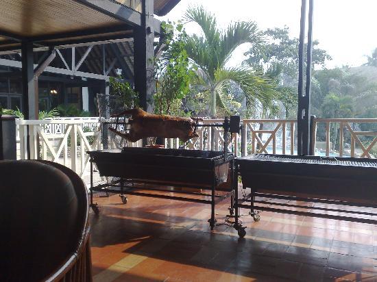 Labadi Beach Hotel: mouton au tournebroche pour midi
