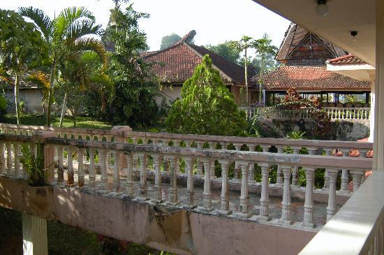 Toraja Prince Hotel: Access bridge