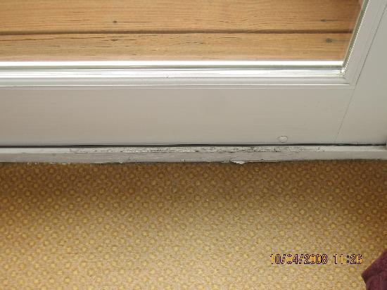 O'Callaghan Hotel Annapolis: Worn carpet and sliding door frame