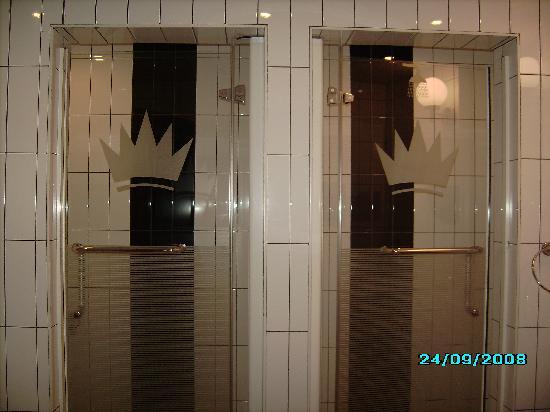 Imperial Royale Hotel: Bath room