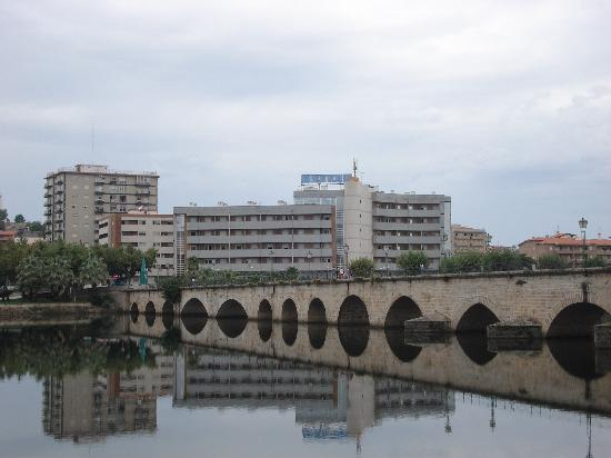 Mirandela, Portugal: Hotel viewed from opposite side of river