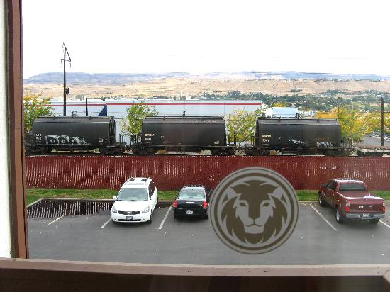 Red Lion Hotel Wenatchee: Railroad view from my room. Train passing