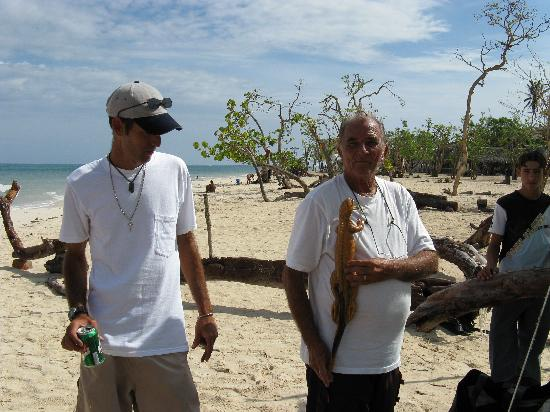 Alex & Juan Carlos, the wood carver on Guardalavaca beach