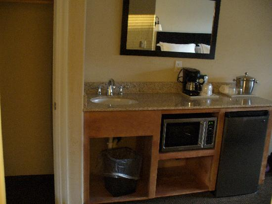 Best Western Wesley Inn & Suites: extra sink!  yay