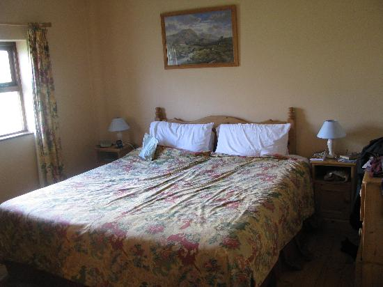 Old Killarney Cottages: Master bedroom of type D single cottage.
