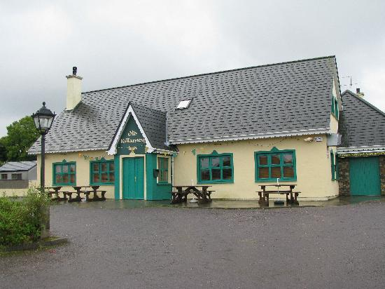 Old Killarney Cottages: The Old Killarney Pub and restaurant at the end of the street.