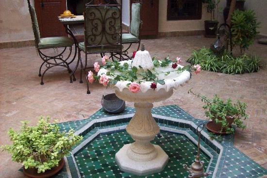 La fuente del patio central fotograf a de riad sidi ayoub - Fuentes de patio ...