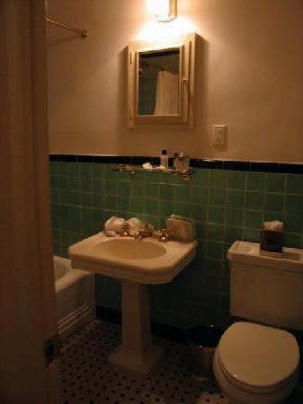 Lafayette House: Small, poorly lit bathroom (see how small mirror is?)