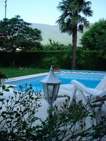 Casa Serena: il giardino con la piscina