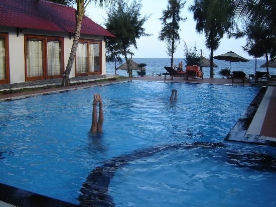 Sunrise Resort: pool fronts beach