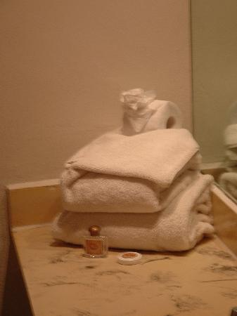 Hotel De Cima: Towels with a paper rose