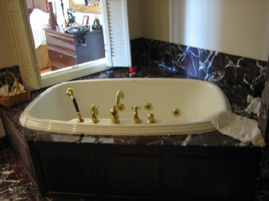 Inn at Kelly's Ford: The wonderful jacuzzi tub in the Jackson cottage