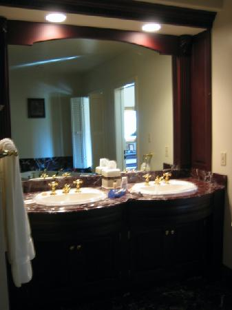 Inn at Kelly's Ford: Bathroom sinks in the Jackson cottage
