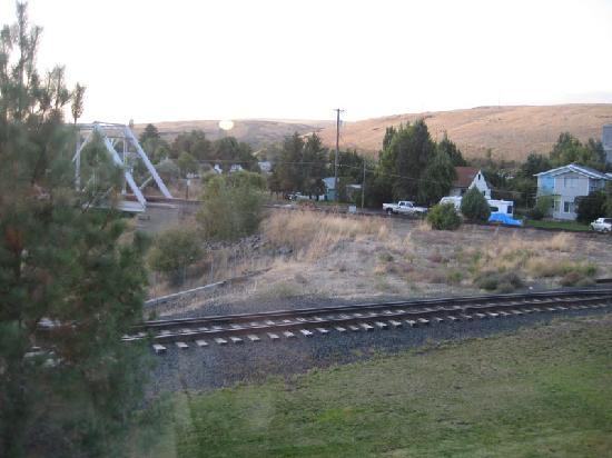 BEST WESTERN Wheatland Inn: View from the 2nd floor room - we never saw or heard a train on those tracks