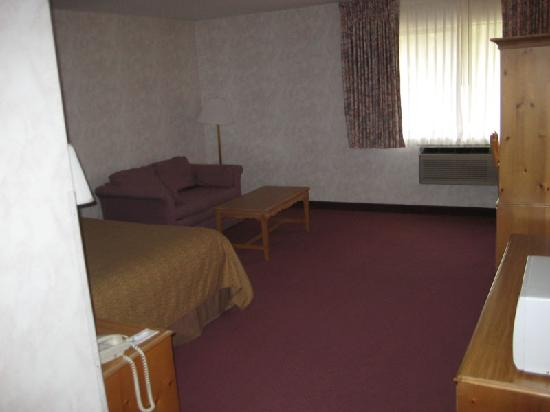 Quality Inn Oakwood: Room, view 1 - plenty of floor space