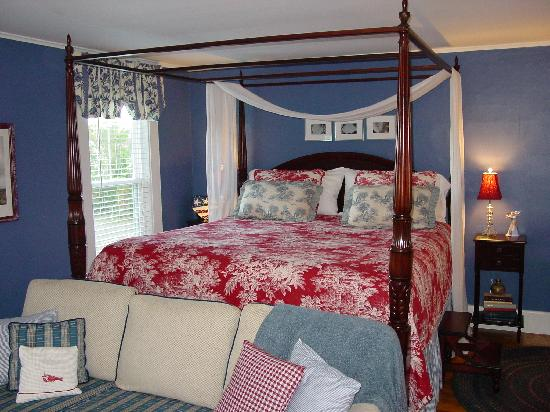 16 Beach Street Bed and Breakfast: Our bed -classy and stylish...and yes very comfortable.