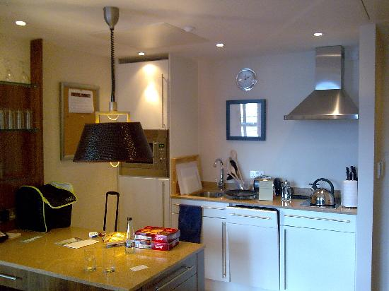 Staybridge Suites Liverpool: kitchen