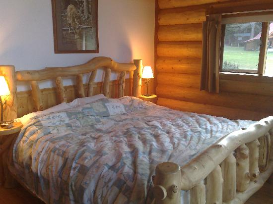 Tweedsmuir Park Lodge : Large bed in the Grizzly cabin