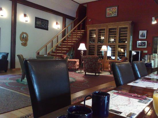 Tweedsmuir Park Lodge: Inside the main lodge, having breakfast
