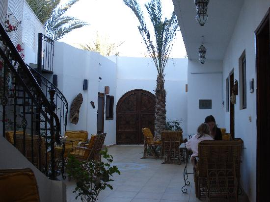 Dahab Coachhouse: The yard in the Coachhouse where the breakfast is served