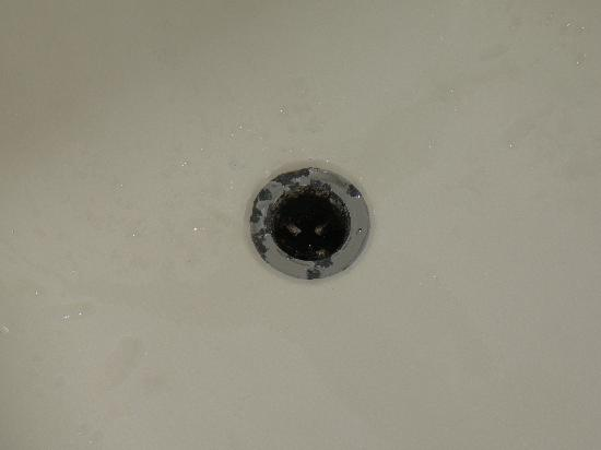Country Inn & Suites By Carlson, Kennesaw, GA: Dirty/molded tub drain