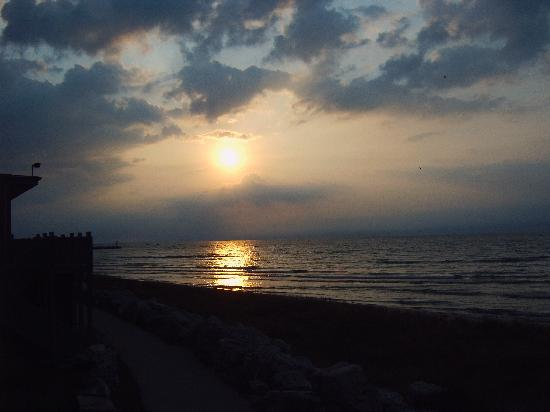 Lighthouse Inn Hotel: Sunrise over lake michigan - cloudy morning