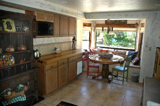 Hacienda de la Mariposa Bed and Breakfast Resort: Kitchen area