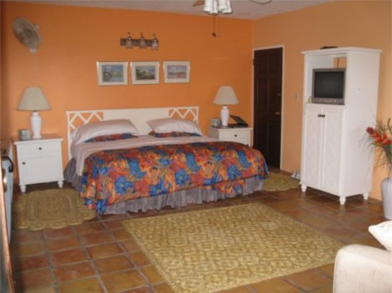 Rock Haven Bed & Breakfast: king size bed in the 1st floor suite